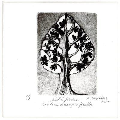 L'arbre dans ses feuilles